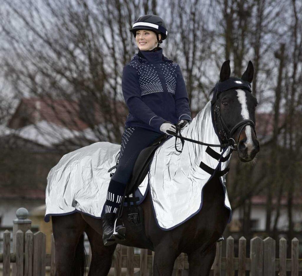 Pferd Reiter mit Reflexartikeln