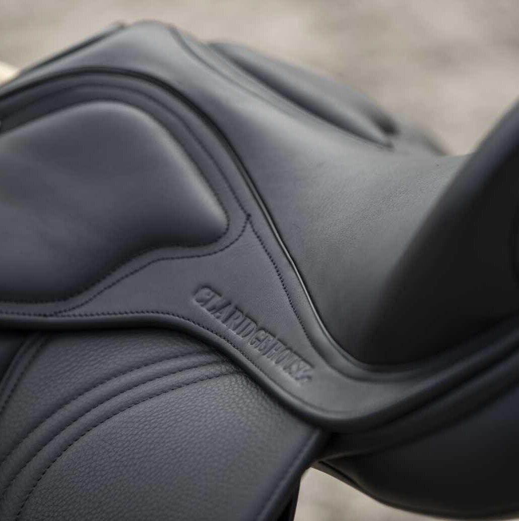 Sitzfläche eines schwarzen Ledersattels